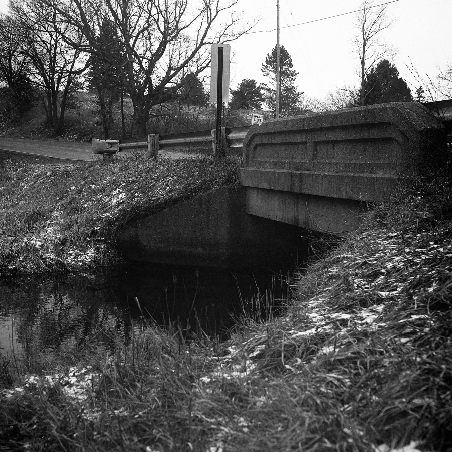 Black and white photo of bridge